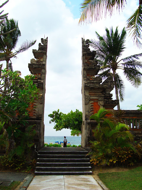 Изображение типично индонезийских ворот