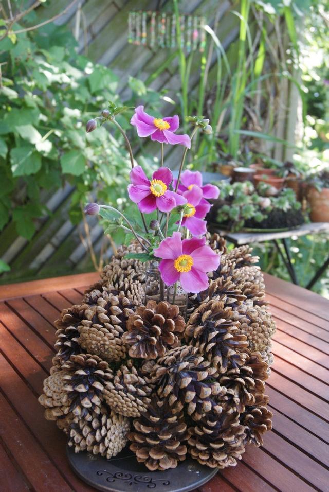 DIY Zapfengesteck mit Herbstanemonen