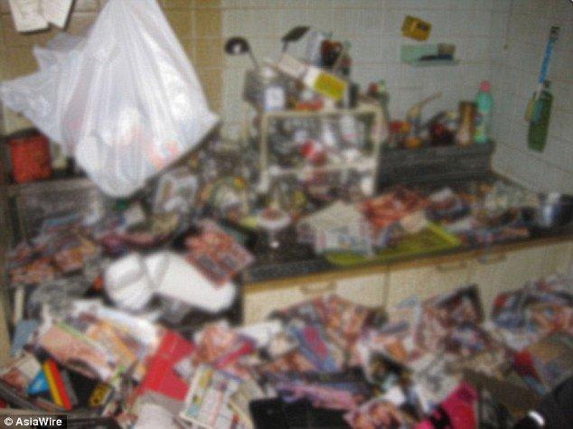 Hombre muere tras caerle encima su colección de revistas