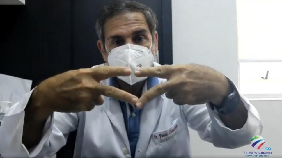 Dr Fause Chauchar faz com as mãos o símbolo do Mixto Esporte clube durante entrevista