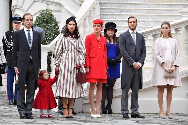 Imagen de los miembros de la familia real monegasca frente al palacio