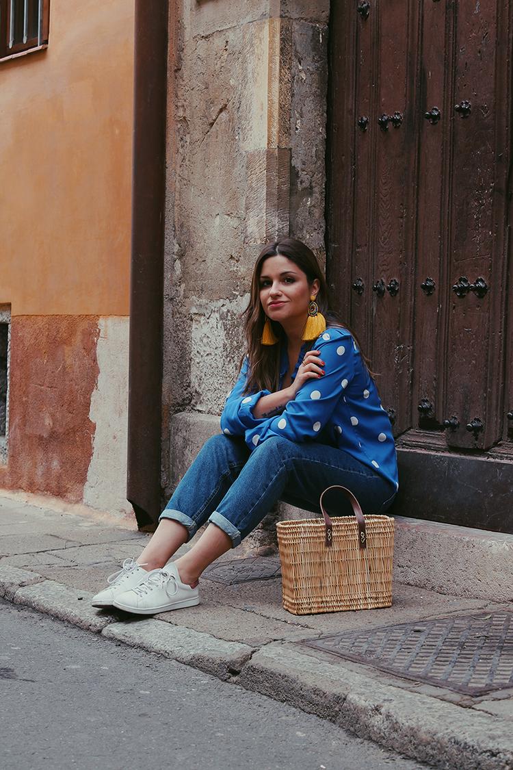 outfit primavera blusa lunares cesta