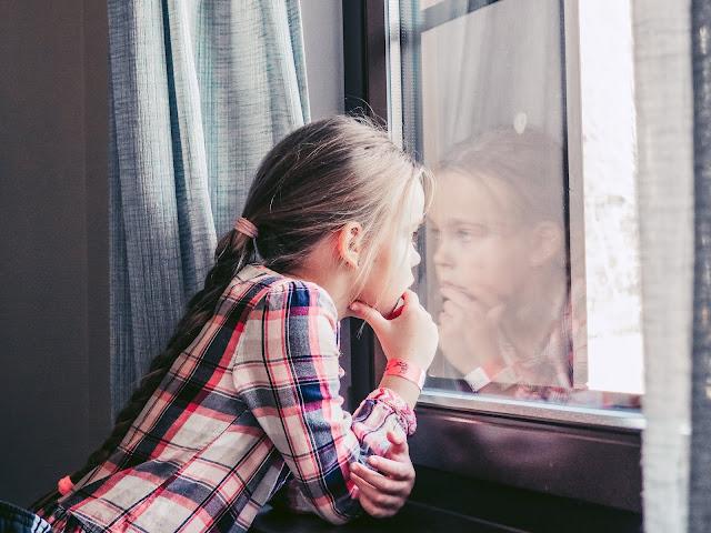Valentinka kouká z okna