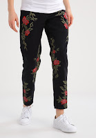 https://www.zalando.be/topshop-maternity-rose-relaxed-fit-jeans-washedblack-tp721m08a-q11.html