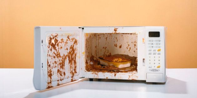 How to quickly and effortlessly wash the inside of the microwave