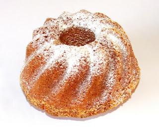 ciasto babka piaskowa na białym tle