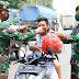 Penuh Keramahan, Anggota Kodim Lamongan Bagikan Masker di Jalan Raya
