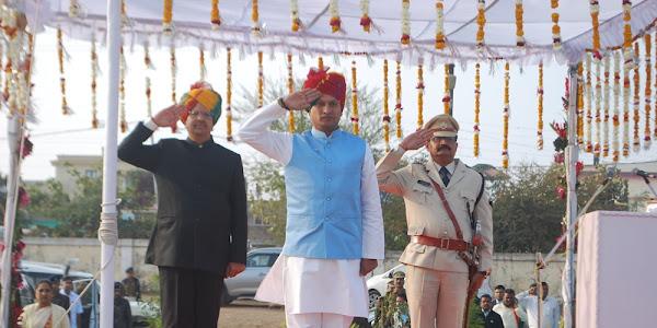गणतंत्र दिवस पर प्रभारी मंत्री सुरेन्द्रसिह बघेल ने किया ध्वजारोहण
