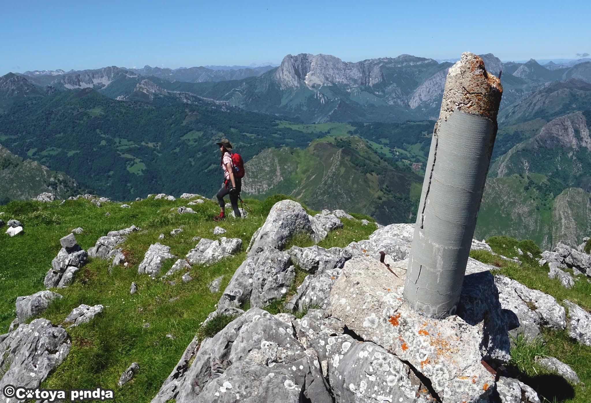 Vértice geodésico de la Porra de Valdepino en el Precornión en Picos de Europa.