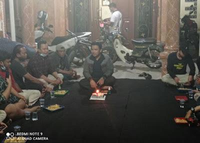 Sambil Bawa Kue, Remaja Setia Mulya Sambangi Kediaman H.Ahmadi dan Nursan Ricky
