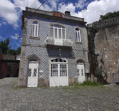 Edifício com azulejos e portas e janelas brancas