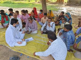 मासूम  को न्याय दिलाने के लिए कांग्रेस नेता तनुज पुनिया ने ग्रामीणों के साथ दिया धरना