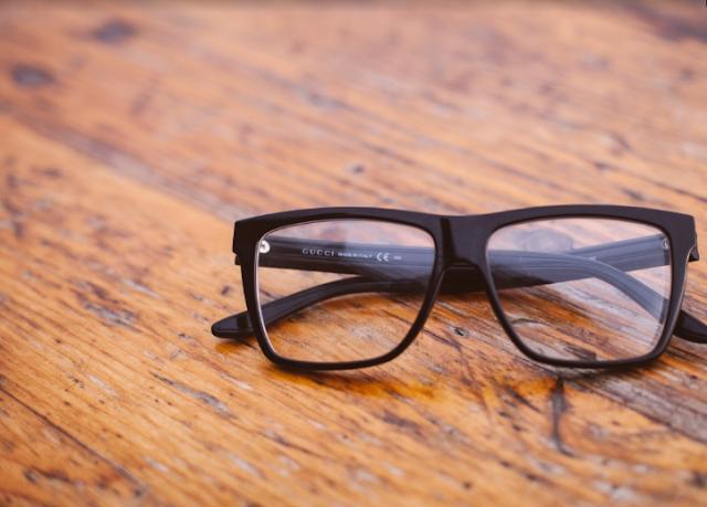 Lepas kaca mata disaat tertentu untuk mengurangi mata minus