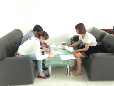 Thành viên văn phòng công chứng hỗ trợ khách hàng hoàn tất thủ tục