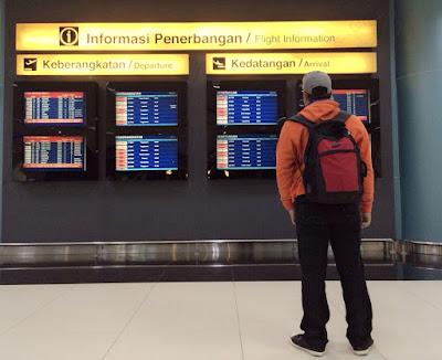 menunggu penerbangan di Bandara