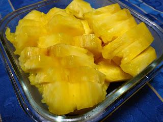 台湾産パイナップルを食べやすい大きさにカットしたところ