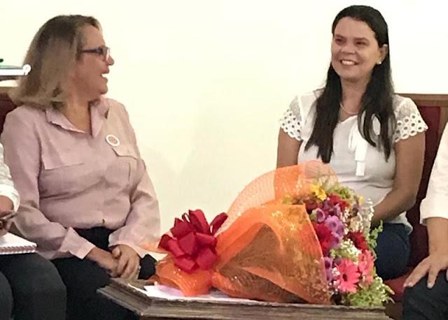 Cybele Amado (à direita), fundadora do ICEP, recebe homenagens pelos incontáveis benefícios prestados à educação no território; Elisabete Monteiro (à esquerda) é a nova Diretora Presidente do Instituto (Foto: Divulgação)
