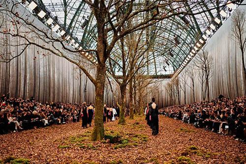 """CHANELは、たった30分程のショーのために、会場内に""""秋の深い森""""を作った。"""