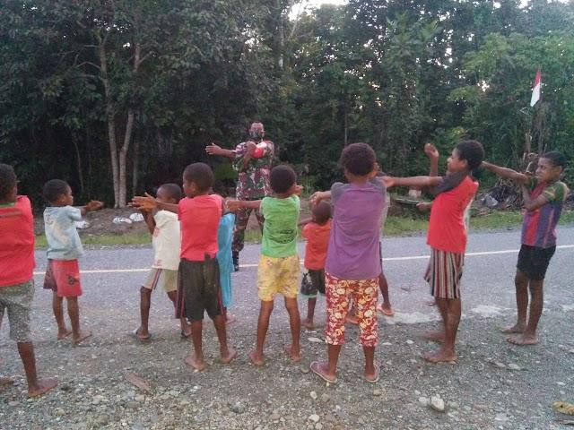 Tanamkan Pola Hidup Sehat, Satgas Yonif 512 Ajak Anak-anak di Perbatasan Senam Pagi