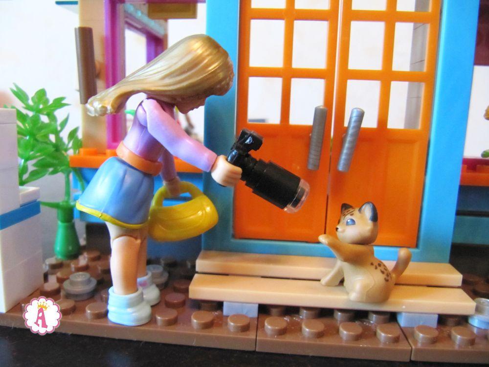 Кукла American Girl фотографирует дикое животное леопарда