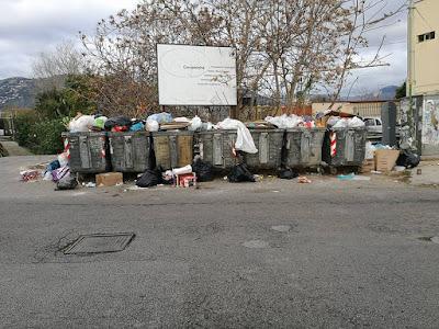 Cassonetti dei rifiuti collocati non correttamente, agevolano l'intasamento del Canale Badame, con aumento del rischio