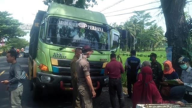 Kendaraan Umum dan Kendaraan Pribadi Yang Keluar-Masuk Kabupaten Pangandaran Jadi Sasaran Penyemprotan Disinfektan
