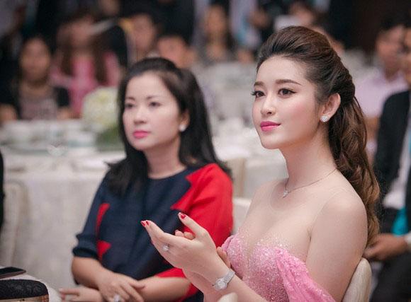 Gadis Cantik Vietnam dengan Gaun Indah
