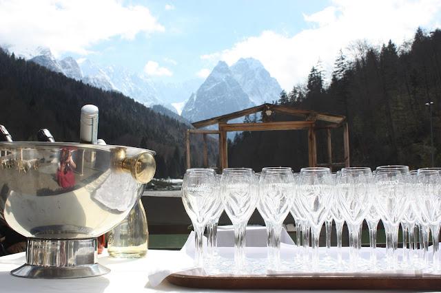 Open bar, Monaco di Bavaria wine shades and wood grains, Hochzeitsmotto, heiraten 2017 im Riessersee Hotel Garmisch-Partenkirchen, Bayern, wedding venue, dunkelrot, dunkelgrün, Weinthema