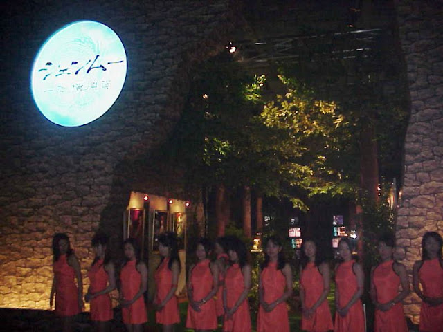 The Shenmue Girls (promotional models) at the entrance to the Shenmue Forest