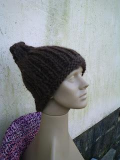 gorro tricotado com lã de ovelha marrom escura