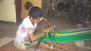 Mengisi Waktu Libur Mahasiswa Universitas Nusa Cendana Kupang Menenun