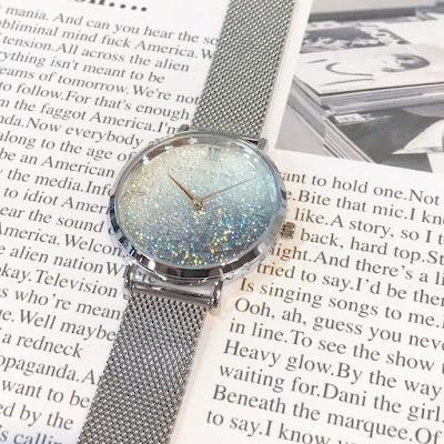 スワロフスキーを使った時計の写真
