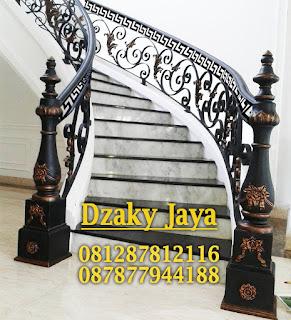 Contoh Railing Tangga Besi Tempa Klasik untuk rumah klasik