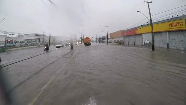 Chuvas no Grande Recife deixa ruas alagadas, suspende aulas e cancela voos