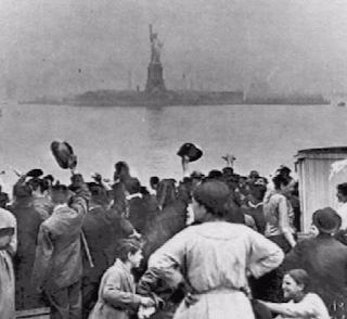 muri immigrati donald trump america statua della libertà europa la santa furiosa