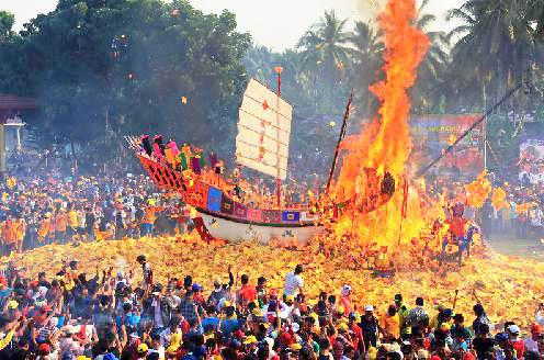 Tradisi Bakar Tongkang Dari Riau