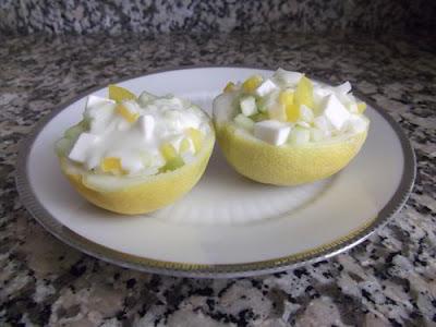 Ensalada de yogur y pepino en cáscara de limón