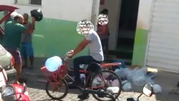 Valença: Morador enche carro de lixo e joga em frente a Prefeitura