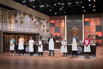 Os oito cozinheiros amadores aguardam a decisão final dos jurados para saber quem fica e quem deixa a competição. Crédito: Carlos Reinis/Band