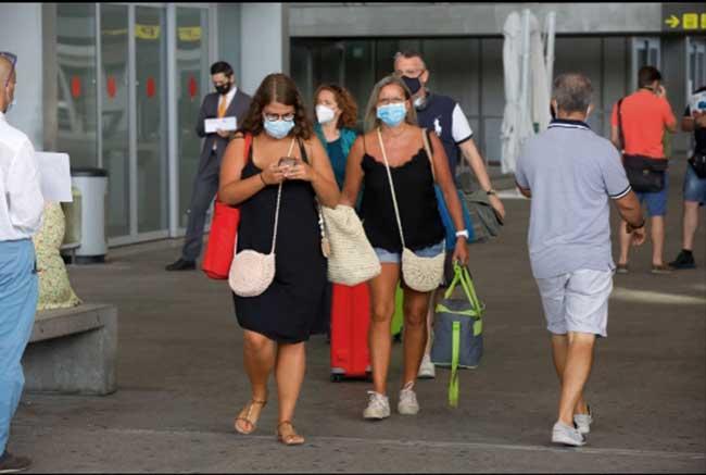 Turistas británicos a su llegada a Málaga, España