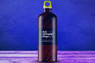 Desain mockup botol air dilengkapi carabiner psd