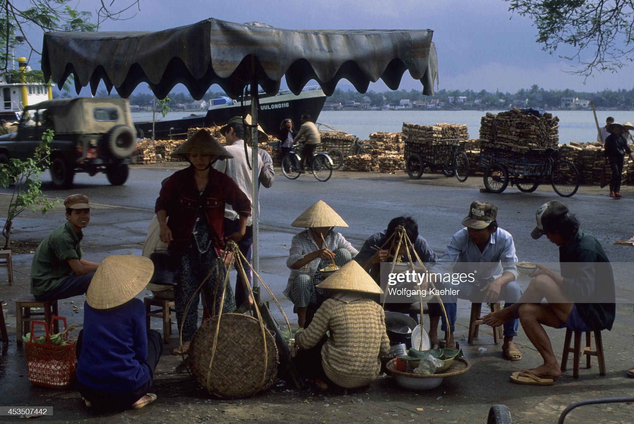 Gánh mì Quảng vỉa hè, xe Honda Cub, xe đạp trên đường phố Đà Nẵng thập niên 90
