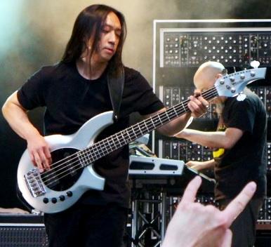 Foto de John Myung tocando en el escenario