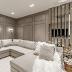 Sala clássica e contemporânea cinza com detalhes dourados e sofá de canto!