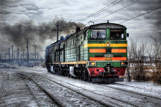 kereta api yang sedang beroperasi