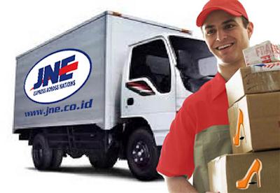 Sejarah JNE     Pada tanggal 26 November 1990, H Soeprapto Suparno mendirikan perusahaan PT Tiki Jalur Nugraha Ekakurir. Perusahaan ini mulai sebagai divisinya PT Citra Van Titipan Kilat (TiKi) yang bergerak dalam bidang internasional. Dengan delapan orang dan kapital 100 juta rupiah JNE memulai kegiatan usahanya yang terpusat pada penanganan kegiatan kepabeanan, impor kiriman barang, dokumen serta pengantaranya dari luar negeri ke Indonesia.  Pada tahun 1991, JNE memperluas jaringan internasional dengan bergabung sebagai anggota asosiasi perusahaan-perusahaan kurir beberapa negara Asia (ACCA) yang bermakas di Hong Kong yang kemudian memberi kesempatan kepada JNE untuk mengembangkan wilayah antaran sampai ke seluruh dunia. Karena persaingannya di pasar domestik, JNE juga memusatkan memperluas jaringan domestik. Dengan jaringan domestiknya TiKi dan namanya, JNE mendapat keuntungan persaingan dalam pasar domestik. JNE juga memperluas pelayanannya dengan logistik dan distribusi.  Selama setahun-tahun TiKi dan JNE berkembang dan menjadi dua perusahaan yang punya arah diri sendiri. Karena ini dua-duanya perusahaan menjadi saingan. Akhirnya JNE menjadi perusahaan diri sendiri dengan manajemen diri sendiri. JNE menlancar logo sendiri dan membedakan dari TiKi. JNE juga membeli gedung-gedung pada tahun 2002 dan mendirikan JNE Operations Sorting Center. Kemudian gedungnya untuk pusat kantor JNE juga