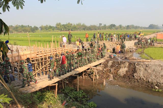Satgas TMMD Reg 105  dan Warga Kebut Proyek Pembuatan Jembatan Program TMMD
