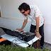 Sergio, haciendo los ajustes de sonido antes de una boda