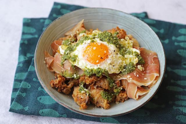 Συνταγή για Καλαμαράκια Τηγανητά με Πέστο Βασιλικού, Χαμόν Σεράνο και Αυγό Τηγανητό