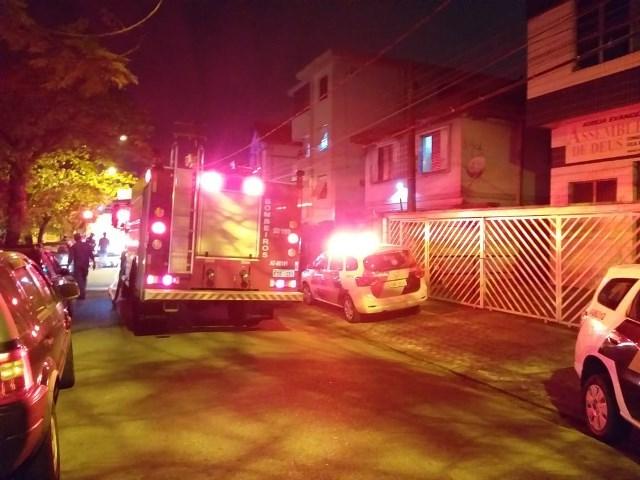 Incêndio causado por carregador de celular destrói residência em Santos